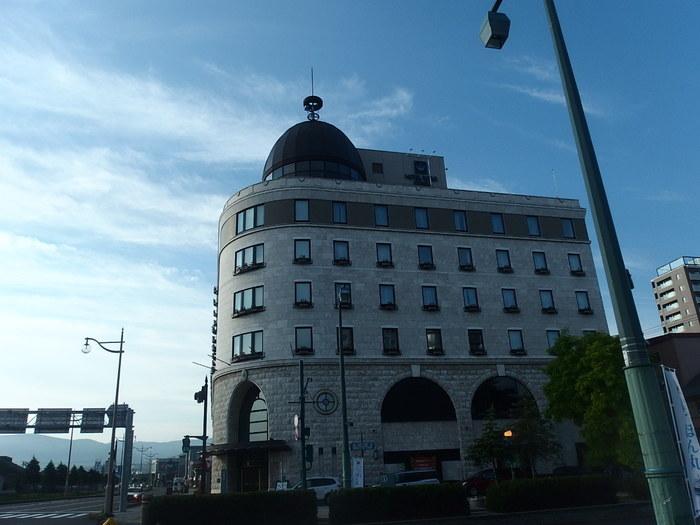 小樽運河沿いに建つヨーロピアンな佇まいが魅力のホテル。最上階のドーム部分は、ラウンジ「北クラブ」になっていて、夜には運河や小樽港の眺望を楽しみながらお酒などをいただけます。