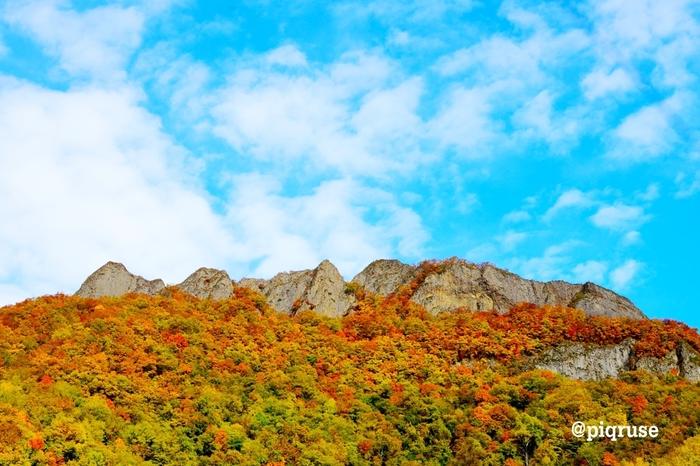 頂上に鋭い岩の突き出した姿が印象的な山。標高498mと手頃な高さで、登山やハイキングを楽しむ人も多い山です。ただ、頂上付近は切り立った岩場が続くので油断は禁物。ふもとには果樹園やワイナリーもありますよ。