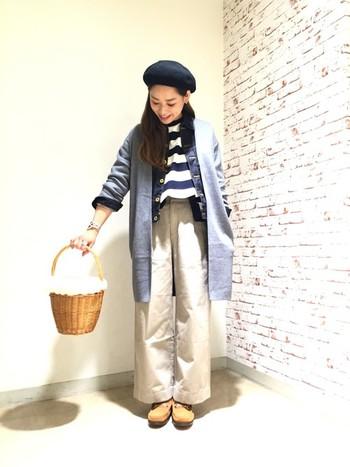 ロングカーデを羽織ったレイヤードスタイル。大人なオータムマリンスタイルに、こっくりした小物で遊び心をプラス。
