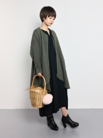 ダークカラーのシックなスタイリング。ぽんぽんファーが付いたキュートなかごバッグで甘さをプラス。
