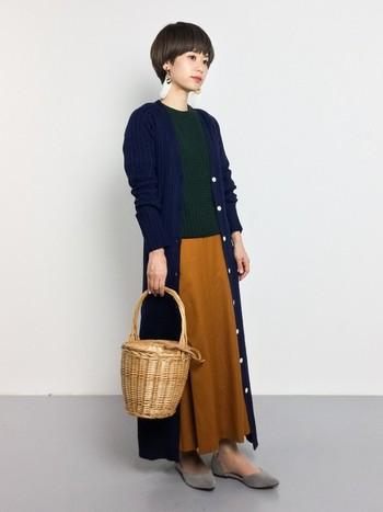 今年人気のワンハンドルのかごバッグ。オータムカラーのアイテムでまとめたスタイリングのアクセントにぴったり。