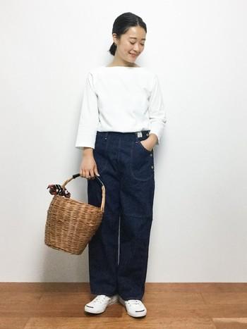 白×デニムの爽やかなフレンチカジュアルスタイル。ワンハンドルのかごバッグを合わせて、アクティブなオータムスタイルの完成です。