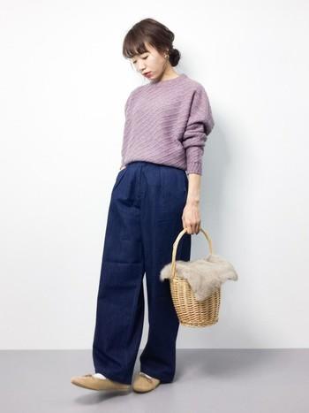 ゆったりパンツの大人カジュアルスタイルに。ベージュのファー付きかごバッグは、やさしい色合いのニットとの相性抜群です。