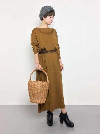 あったか小物を取り入れたワンピーススタイル。きれいな秋色にナチュラルなかごバッグがお似合いです。