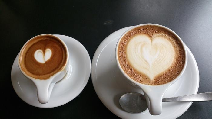 マキアートとカフェラテ、大小のハートが可愛らしいですね。ローストは強めですが、ミルクを加えているので飲みやくて美味しいそうですよ♪