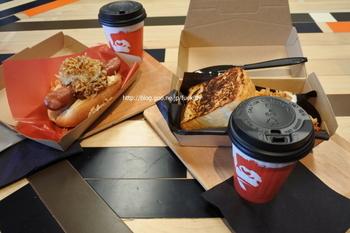 11:00〜14:00はランチメニューもあります。 ドリンクは、コーヒーか紅茶の選択で、サイズもチョイス。