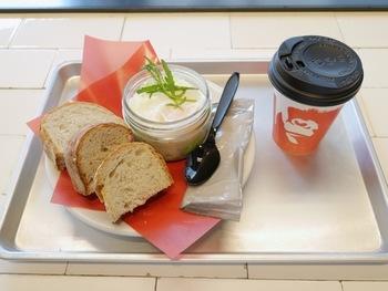 11時までのモーニングメニューがあります。 エッグスラットと、コーヒーorティーのセットで100円引きに。