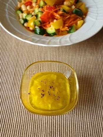 大人気の塩レモン。玉ねぎ、オリーブオイル、お酢とまぜればドレッシングの出来上がりです。塩レモンは市販のペースト状になっているものを使ってもOK。