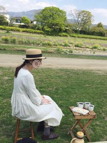 秋の行楽に白のカシュクールワンピースとカンカン帽はよくマッチします。晴れた日はこんなかわいいファッションで、ピクニックに出かけたりお外でアフタヌーンティーを楽しむのって憧れです♪
