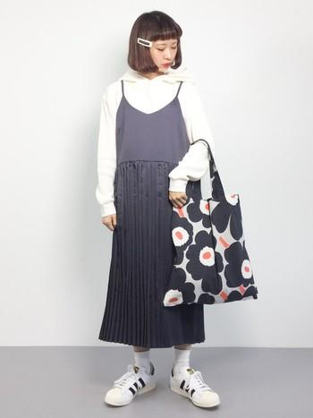 ちょっとてろんとした素材のキャミワンピースは、より女性らしいコーデに仕上がるアイテム。マリメッコの大きめバッグがコーデに華を添えてくれていますね。