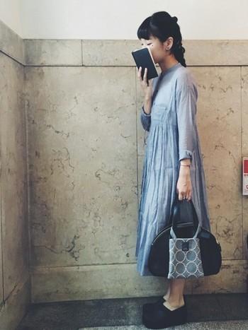 綺麗なブルーのワンピースをこちらも黒の小物でまとめたスタイル。ワンピースのシルエットがとっても美しいです。レザーのバッグに小ぶりの異素材デザインのバッグを重ねて持つのがおしゃれですね◎