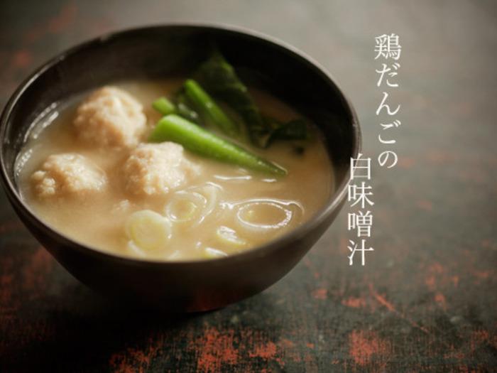 昆布と煮干しでとった出汁に、豆腐入り鶏だんごを浮かべたお味噌汁です。野菜も入って、一品で立派なおかずになりますね♪
