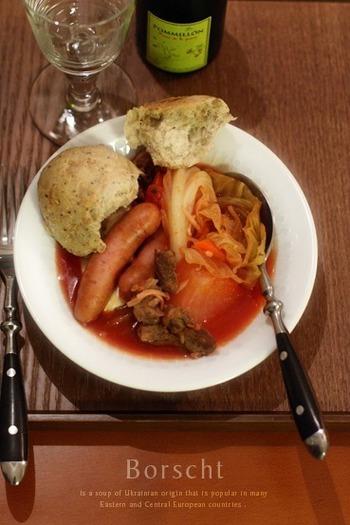 寒いロシアの郷土料理ボルシチを、日本風にウインナーと大根を入れてアレンジ。入らない。じっくりコトコト煮込んで召し上がれ♪
