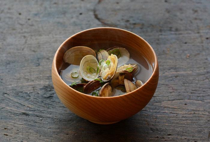 あさりの他にも、しじみ、はまぐりなど、貝の汁物も美味しいですね。砂出しの方法も丁寧に説明しているレシピなので、意外と簡単に、美味しい貝のお吸い物を作るコツがつかめてしまいますよ♪