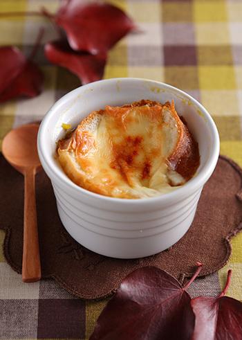 肌寒い日に、フーフーしながら食べるグラタンスープって、美味しそうですね。手間がかかっていそうなのに、フランスパンとピザ用チーズを使って、簡単で華やかさも◎
