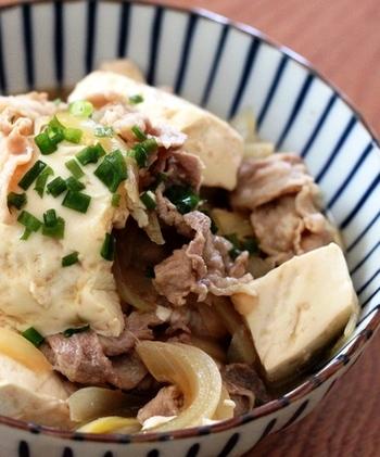 次は簡単にめんつゆだけで作れちゃう肉豆腐レシピです。  鍋に市販のめんつゆを水と一緒に煮立たせたら、玉ねぎ・豚肉・豆腐・すりおろした生姜を加えるだけのお手軽レシピです。それなのに味が染み込んで、メインのレシピになっちゃうんですよ♪時間がない時にとってもオススメ。