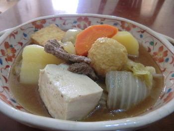 寒い日に温かく湯気の通ったおでんが食卓に並ぶと何だかホッとしますよね。肉豆腐とおでんを合わせたアレンジレシピは相性がとってもいいんですよ。  作り方は簡単で、まずは鍋に水とおでんの素を入れて火にかけます。この時に一緒に大根、人参、玉ねぎを入れておきましょう。そして沸騰したら牛肉と玉ねぎと白菜を加え、麺つゆとみりんで味を整えたら最後に豆腐を入れて完成です。