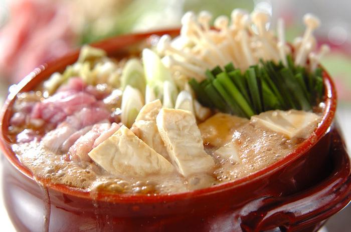 それとは別の鍋に、豚肉と鶏もも肉をごま油でニンニクとしょうがと一緒に炒めます。次に杜仲茶のスープの鍋を肉が入っている鍋に移して、最後に白菜、モヤシ、白ネギ、エノキ、豆腐を加えて煮込んだら完成です。 美味しくてカラダに嬉しい肉豆腐レシピでオススメですよ♪