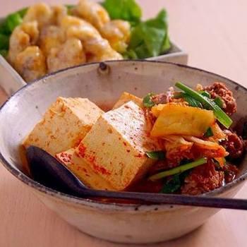 肉豆腐のアレンジレシピでオススメなのがキムチです。醤油・砂糖で沸騰させた鍋にキムチを牛肉、豆腐と一緒に入れて煮立たせたら最後にニラをさっと煮て完成です。 キムチの酸味が食欲をそそりますよ♪