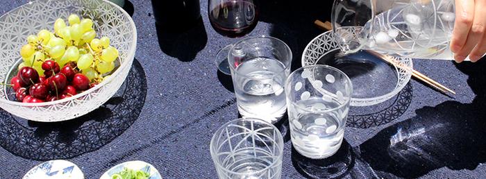 フランスの吹きガラスと江戸切子の繊細な技法を組み合わせて作られるガラスの器「KIRIKO(キリコ)」。ガラス作家・山口未来さんの作品です。