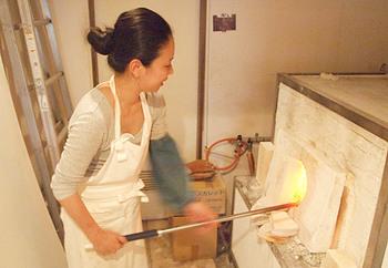 山口未来さんはフランスの吹きガラス職人養成学校で国家資格を取得。ドイツなどでも研修を行い、日本に帰国後江戸切子の技法を学びました。2005年、ガラス工房atelier ALI-BABを設立し日々の暮らしを楽しくするガラスの器を製作しています。