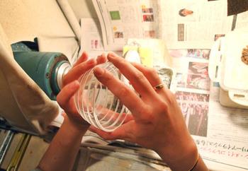回転するダイヤ盤でガラスを彫っているところ。切子の部分は一か所ずつ丁寧に削られていて、手に持った時に削り込みの部分が指にかかって滑り止めになり、持ちやすくなっています。