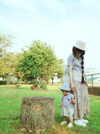 ハンドメイドのロングスカートにシャツを親子で合わせた、かわいいリンクコーデ。スニーカーにハット、バッグは白で統一して爽やかに♪