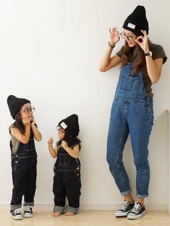デニムサロペットとTシャツのシンプルカジュアルコーデ。黒のスニーカーとニットキャップで大人っぽさも忘れません。親子お揃いコーデだと、より楽しい休日になりますね♫