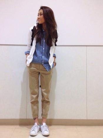 ブルーのストライプシャツが爽やかな、きれいめコーデ。袖と足元はロールアップして女性らしさを出しつつ動きやすいのがポイントです。