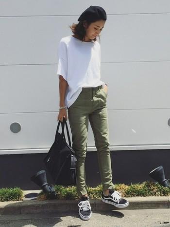 シンプルな白Tシャツにスリムなベイカーパンツを合わせた、スマートなカジュアルコーデ。スニーカーやバッグなどの小物は黒でまとめて。ベレー帽で季節感もばっちり押さえています。