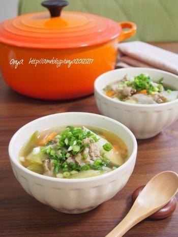 日に日に秋めいてきましたね。寒い外から帰って来て、湯気のあがる食卓で口にする温かいスープ。 朝起きて、眠い目をこすりながら口にする温かいスープ。この季節、温かい汁物って、ほっとしますね。  今回は、具だくさんで身体も心も温まる、和・洋・中のスープレシピを集めました。和の汁物を中心に、皆さんにお馴染のスープもご紹介しているので、チェックしてみて下さいね♪