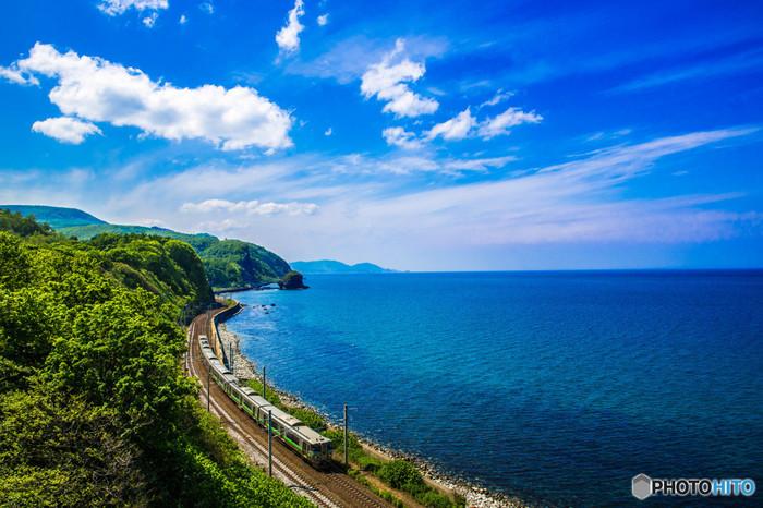 小樽に近づくにつれて海沿いを列車が走るので、車窓を眺めているだけで旅気分が盛り上がります。
