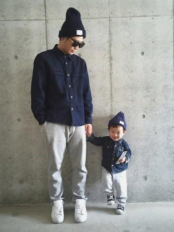 デニムシャツにスウェットパンツ。パパコーデを「仲良しコーデ」で。小さなパパの完成です♡