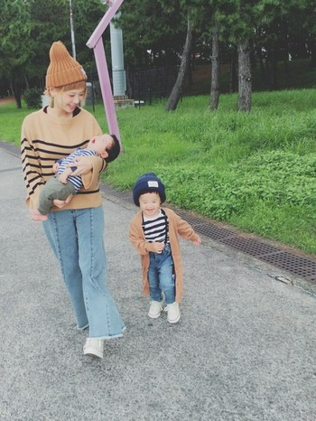 ママのお洋服の色に合わせて、子供はベージュのアウターを。色目を合わせるだけでまとまりが出ます〜!