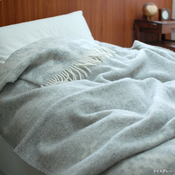 「スローケット」とはブランケットより大きく、ベッドに布団の上から掛けられる大判サイズのものを指します。大きいのでひざ掛けとしてはもちろん、床に敷いてくつろいだり、肩から掛けて全身を包むこともできます。