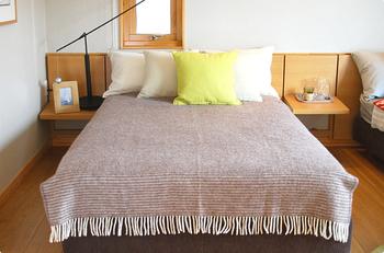 布団の上から掛けてベッドカバーとしても。KLIPPANのエコウールは暖かいだけでなく通気性も良く、吸湿性も良いので寝具としてもピッタリです。