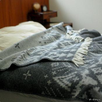 スローケットはベッドの上に掛けて寝ている間は毛布として、朝起きたらサッと肩に掛けてショールとして、といった使い方もできます。ライフスタイルや部屋のインテリアに合ったスローケットをぜひ探してみてください。