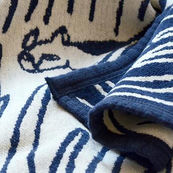 ひざ掛け以外にも、タオルケットの代わりとしても使えます。布端も丁寧にパイピングされているので、丈夫な作りになっています。