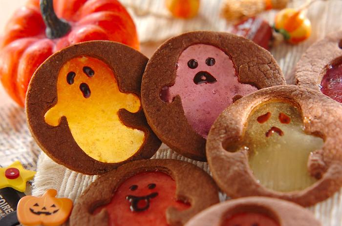 いろんな顔の、いろんなカラーのオバケが閉じ込められたクッキーです。オバケ部分は市販の棒付きキャンディを砕いたもの。型を抜いたクッキーをまず先に焼き、抜いた部分の中に砕いたキャンディを入れて再加熱してつくります。