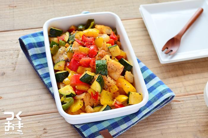 彩り役にもなるタラと野菜のソテー。淡泊なタラに野菜の旨味がしっかりとしみこんでいます。