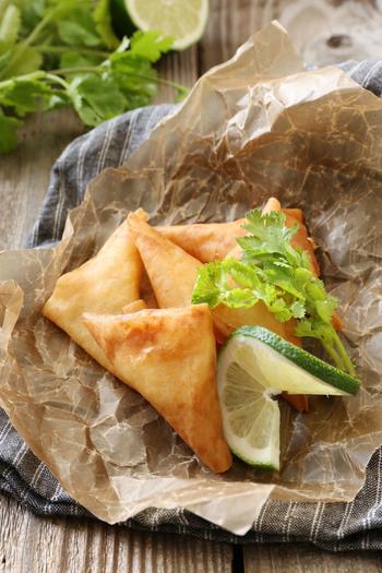「サモサ」とはインド料理の一般的な軽食のひとつ。具もアレンジしがいがあるので、いろいろなバージョンを作ってみてもいいですね。