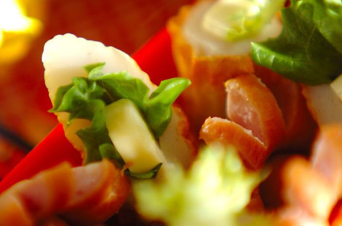 チーズちくわをフリルレタスでおめかし♪レタスのひらひらとグリーンがお弁当箱のアクセントに。