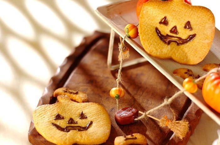 まずはお菓子作り初心者さんや、親子でいっしょに作るときにおすすめの簡単レシピからご紹介します。 こちらはホットケーキミックスとカボチャフレークを混ぜて作るジャック・オ・ランタンクッキーです。焼きあがって冷めたらチョコペンでカボチャの顔を描きましょう♪