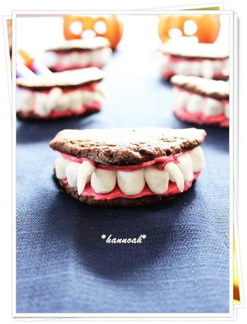 そしてこちらはなんと、ドラキュラの歯型クッキーです!歯はマシュマロで、クッキーでサンドするようなかたちになっています。パーティーに作って持っていったら驚かれること間違いなしですね!