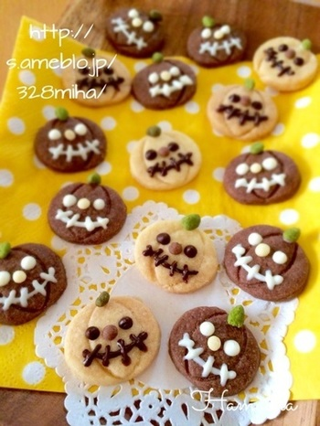 カボチャのクッキー型がなくても、丸型でカボチャっぽく成型することもできます♪プレーン、ココア、抹茶で3色の生地を作って、チョコペンで顔を描けばお手軽にかわいいジャック・オ・ランタンができあがります。
