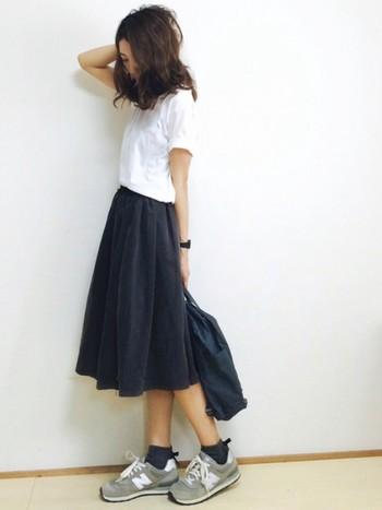 スニーカーとスカートを合わせた甘辛MIXもいまや定番のスニーカーコーディネート。白Tシャツにネイビーのスカートを合わせてシンプルな大人カジュアルに仕上がっています。