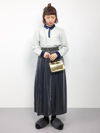 スカートのようなシルエットが女性らしいベロアパンツは、シャツをしっかりとインしてクラシックな着こなしに。ファーサンダルで今年らしさをプラスしたコーディネートです。