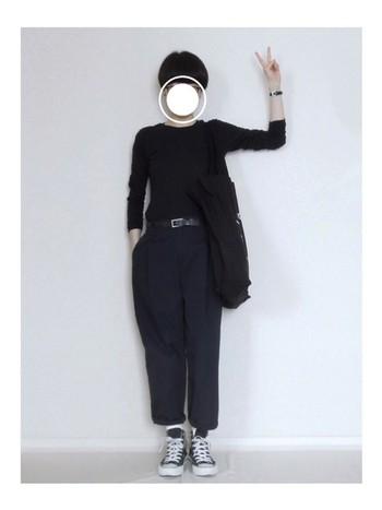 シンプルなファッションにスニーカーをプラス、手首を出して抜け感をプラス。ショートヘアなら首も見えてスッキリ。パンツの裾をロールアップして足首を見せてもいいですね。