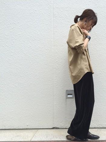 着丈長めのビッグシャツとワイドベロアパンツを合わせたゆったりコーデ。足元はファー付きのバブーシュサンダルで今年らしさをプラス!