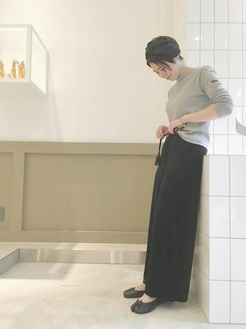 黒のベロアワイドパンツにグレーのロングTシャツを合わせたシンプルリラックスコーデ。パンツのタッセルやヘアターバン、足袋シューズでほんのりで個性をプラスして。